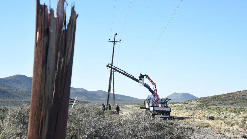 Camino a Diadema cayeron 11 postes de luz producto del viento que alcanzó ráfagas de 120 kilómetros por hora. Su base ya había cedido como consecuencia del temporal de lluvia.