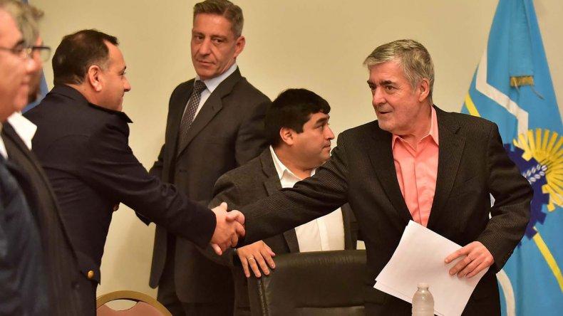 El gobernador Mario Das Neves al presidir ayer el acto de licitación del nuevo edificio para la comisaría de Kilómetro 8 de Comodoro Rivadavia.