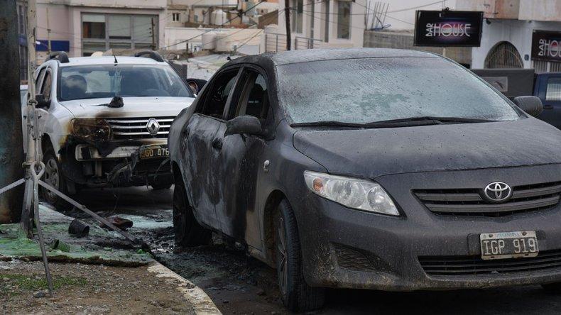 El incendio en el iglú de 9 de Julio casi Sarmiento se propagó al Toyota Corolla y a una Renault Duster.