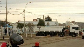 Una mala maniobra de un camión dejó sin luz a un sector del Pueyrredón