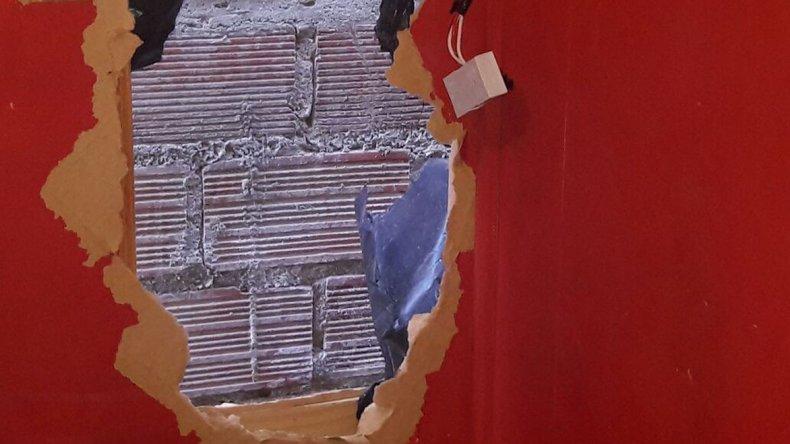 El boquete que los delincuentes habían hecho en la casa del San Cayetano por dónde sacaron la guitarra que el viernes recuperó la policía.