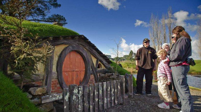 Se puede ingresar en las pequeñas casas de los hobbit.