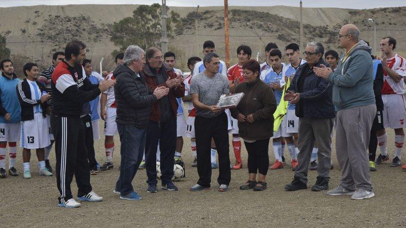 Dirigentes de Tiro Federal reciben un presente de sus pares de Deportivo Sarmiento. Un gesto para imitar.