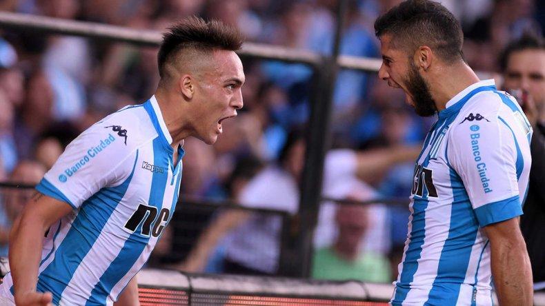 Lautaro Martínez festeja su gol con Emiliano Insúa