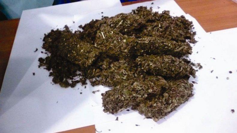 Habría prestado su nombre la policía detenida al retirar una encomienda con marihuana