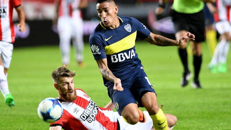 Ricardo Centurión le gana el balón a Jonathan Schunke en el encuentro de anoche disputado en La Plata.