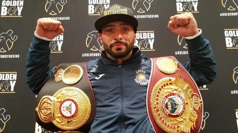 El trelewense Lucas Matthysse luce los dos cinturones que ganó en Las Vegas.