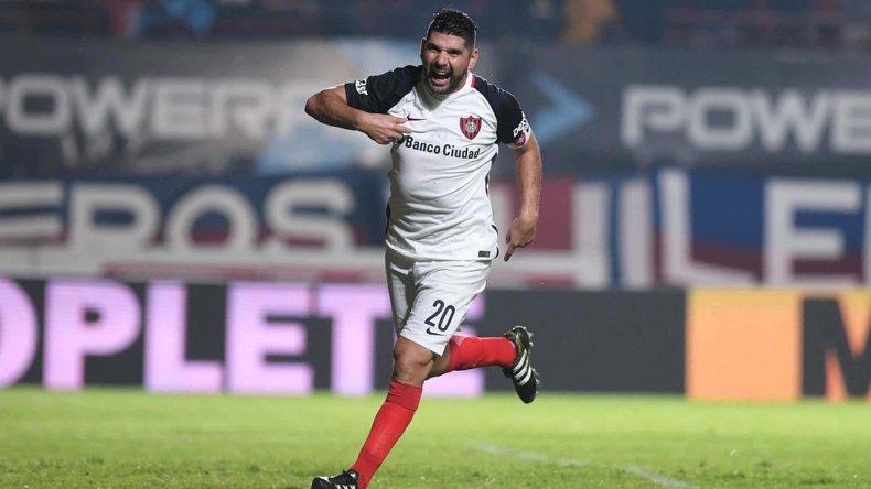 Néstor Ortigoza festeja el gol que le marcó de tiro penal a Rosario Central.