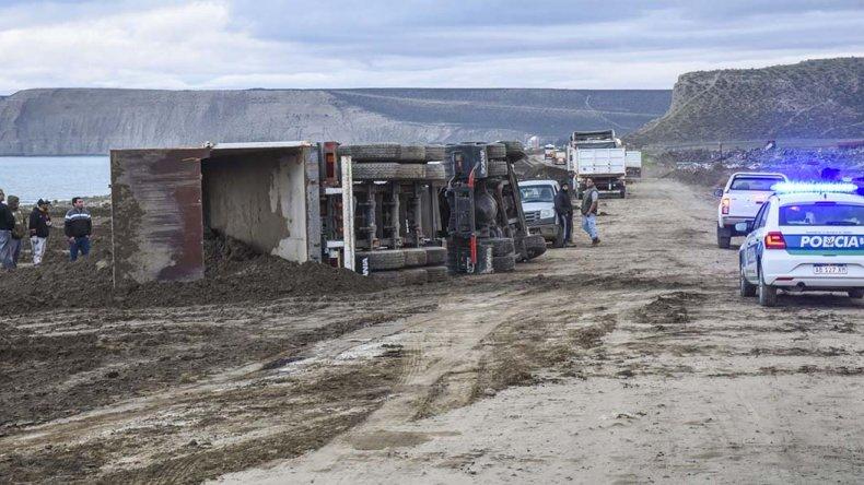 Un camión volcó cuando se encontraba descargando lodo provenientes de los trabajos que se realizan en la calzada de la avenida Constituyentes.