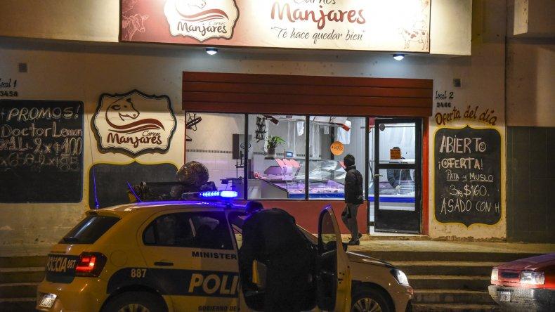 Los trabajadores del Carne Manjares vivieron momentos de angustia cuando un delincuente le gatilló en la cabeza a uno de los carniceros para exigir la recaudación de la caja registradora.