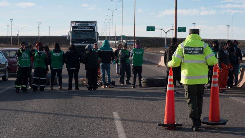 Estatales bloquean las rutas en Santa Cruz