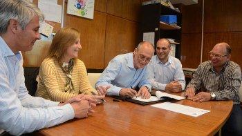 El ministro de Educación Gustavo Castán, y la rectora de la Universidad del Chubut Graciela Di Perna, firmaron el convenio.