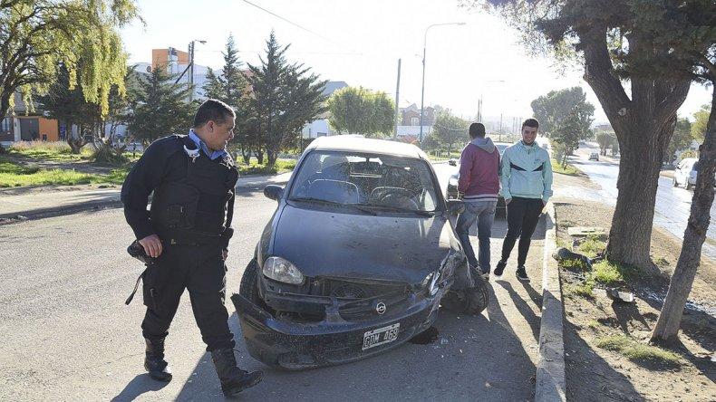 El vehículo quedó destrozado al impactar contra un árbol en la avenida Canadá.