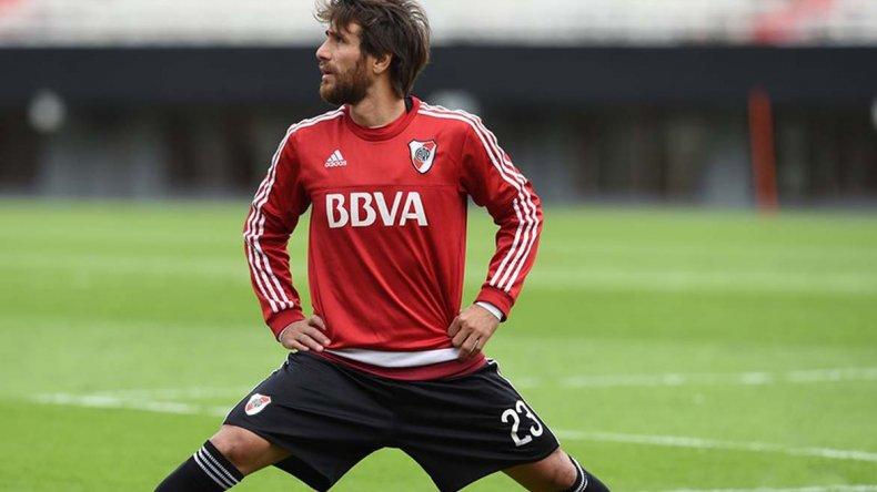 Leonardo Ponzio realizando ejercicios con miras al Superclásico que River afrontará el domingo ante Boca.