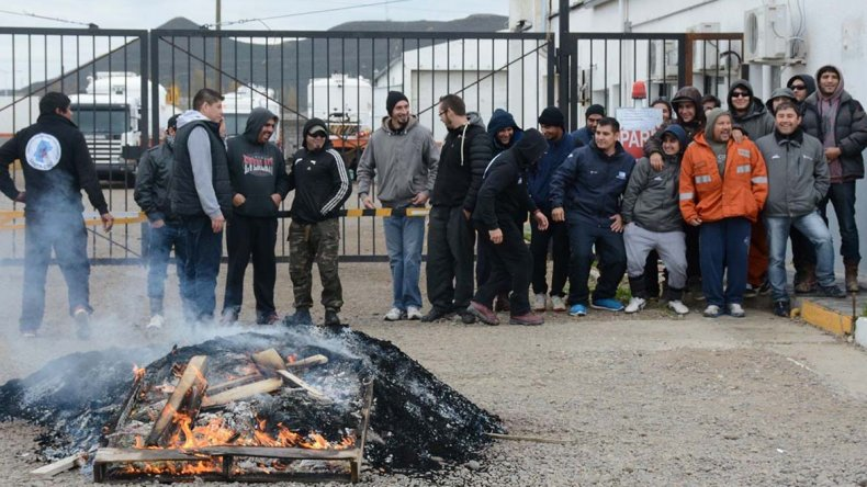 También en Cañadón Seco quedó bloqueada a partir de ayer la base operativa de San Antonio Internacional por parte de trabajadores de esa y otras empresas contratistas.