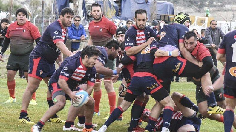Gastón Echeveste con le guinda en un ataque de Comodoro RC ante el Deportivo Portugués ayer en cancha de el Coirón.