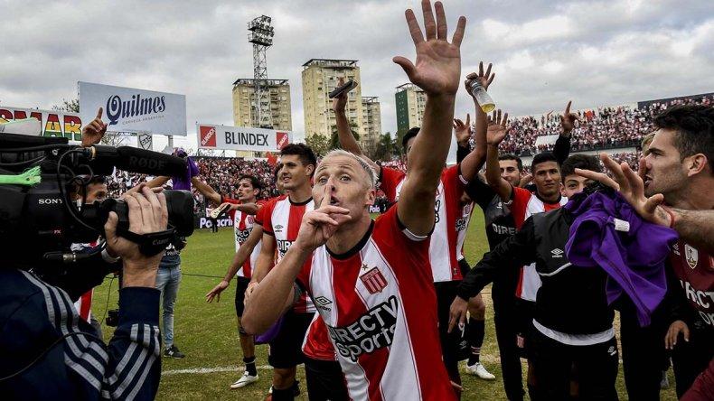 Israel Damonte festeja el triunfo de Estudiantes logrado ayer en cancha de Quilmes ante Gimnasia.