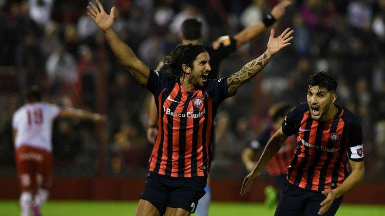 Angeleri grita su gol y se suma Blandi al festejo. El Ciclón volvió a ganar en Parque de los Patricios después de ocho años.