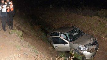 El Renault Symbol cayó de punta hacia la profunda zanja que corre paralela a la ruta provincial N°99 y falleció de la mujer que viajaba como acompañante.