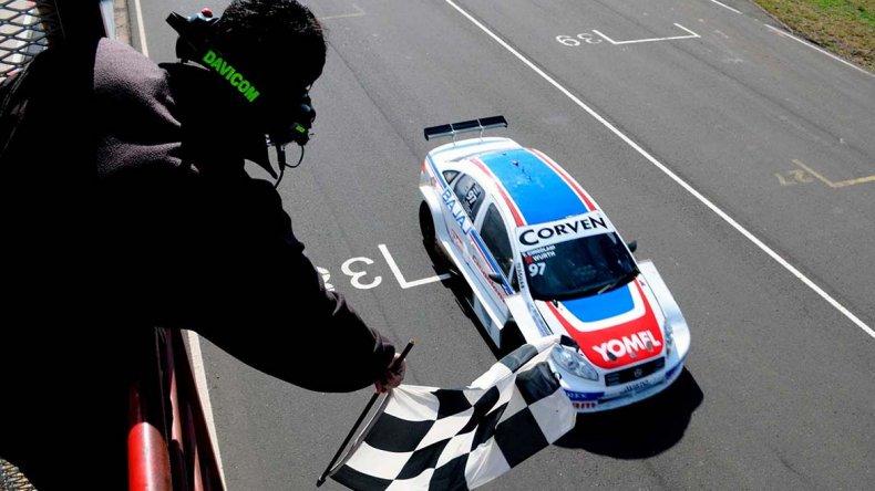 Tomás Cingolani cruza la bandera a cuadros ayer en el autódromo de Concepción del Uruguay.