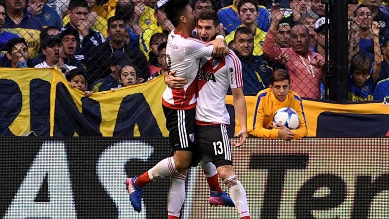 Lucas Alario festeja su gol con Pity Martínez