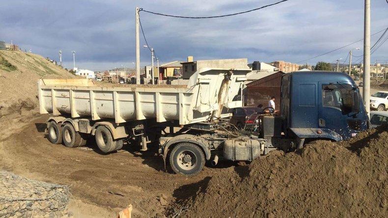 Los trabajos para habilitar la trama vial que resultó anegada en el barrio San Cayetano.