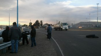 Operarios de SP cortan rutas por falta de pago de salarios