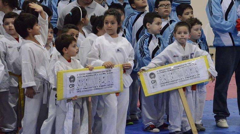 Parte de los competidores que participaron de la Copa Capital del Petróleo de taekwondo.