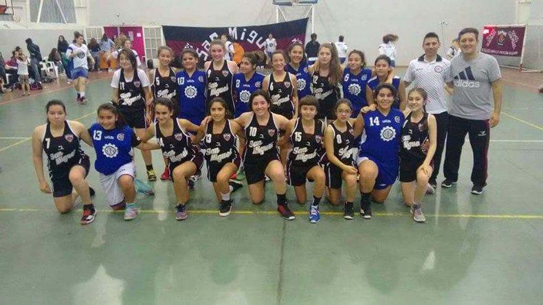 Las chicas de San Miguel y Deportivo Metalúrgico que participan en el torneo Patagonia Sur.
