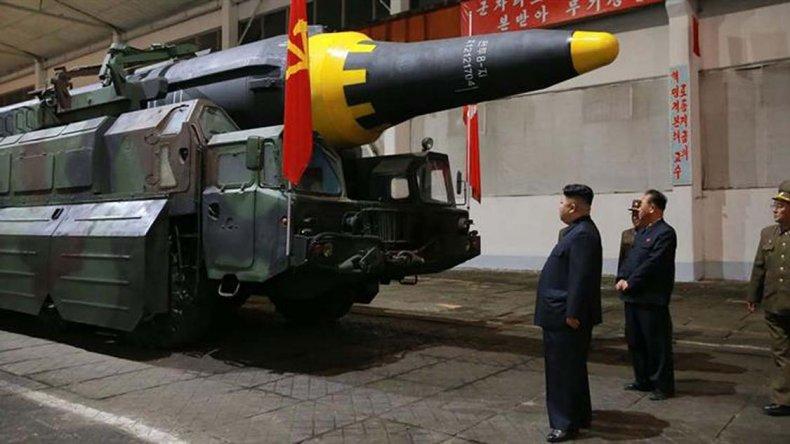 El líder supremo Kim Jong-un junto al misil probado el domingo.
