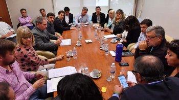 Los ministros del Ejecutivo provincial, el viceintendente Juan Pablo Luque y diputados de todos los bloques analizaron la reconversión del fondo de reconstrucción.