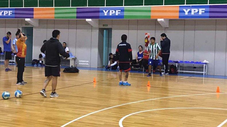 La selección de futsal entrenando el lunes por la noche en el Complejo Huergo.