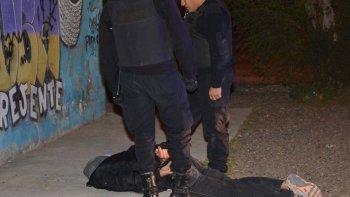 El individuo que viajaba como acompañante en la moto que perseguía la policía se cayó al pavimento en una esquina del barrio Güemes. Antes de ser atrapado, arrojó a la vereda un revólver calibre 38.