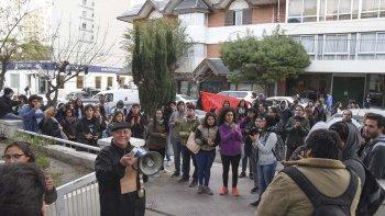 El momento en que los manifestantes hicieron una parada en el edificio de la Municipalidad.
