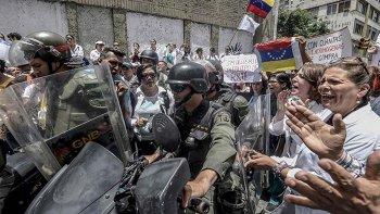 Crece la violencia y Maduro militariza las calles de Venezuela.