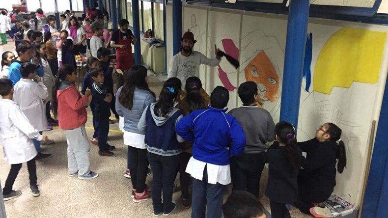 Un mural pinta la realidad que observan los chicos