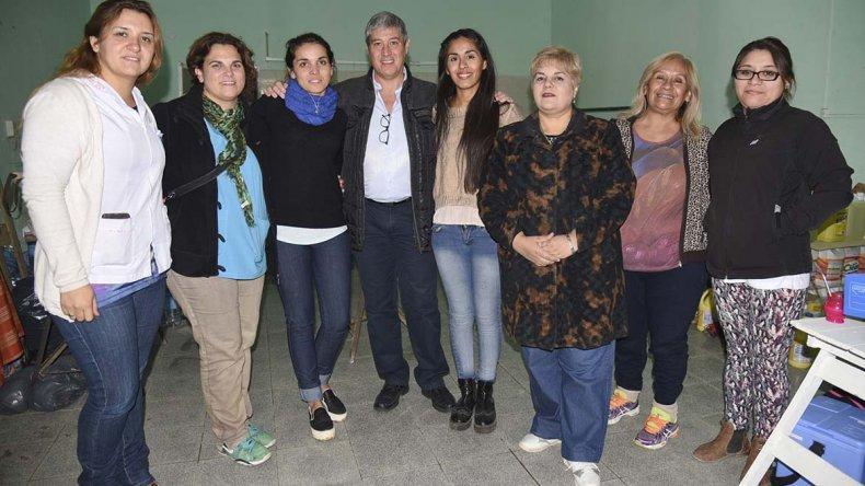 Al Centro de Donaciones y Asistencia que crearon vecinas del barrio Pueyrredón ayer se acercó el equipo de la Secretaría de Salud del municipio para vacunar y brindar asistencia.
