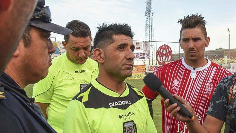 Pagani durante el entretiempo en cancha de Huracán luego del incidente donde fue agredido Rodrigo Cárcamo.