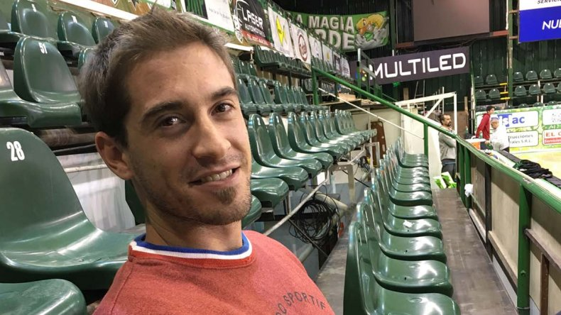 Alejandro Ivetich en la platea del club Gimnasia