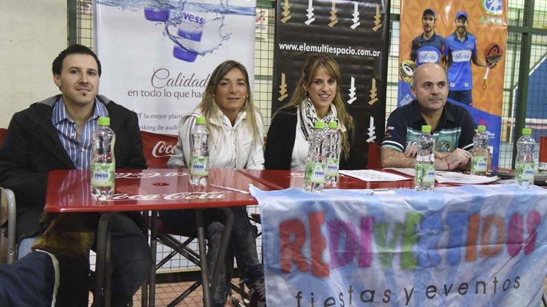 Parte de los organizadores de la 2ª fecha del Circuito Oficial de Padel en Comodoro Rivadavia durante la presentación de ayer.