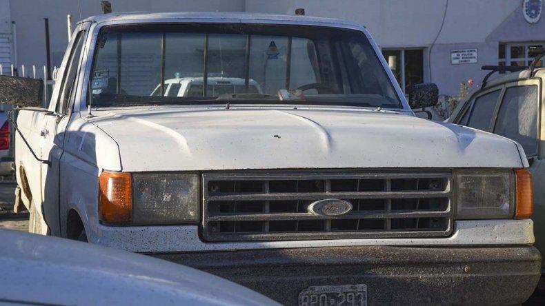 La camioneta en la que fueron sorprendidos los tres jóvenes que se llevaban herramientas y hasta la bocina.