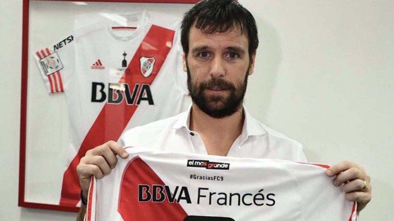 Fernando Cavenaghi con la camiseta que se calzará en su partido despedida