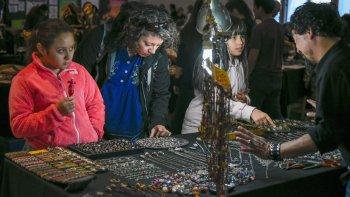 La Asociación de Artesanos de Comodoro Rivadavia y su Comarca realizarán una feria hoy y mañana en el Centro Cultural donde participarán más de 60 expositores.