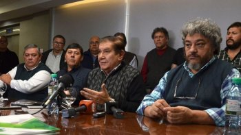 Petroleros negocian un aumento del 24% para cuatro provincias