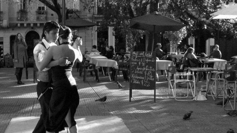 San Telmo es uno de los barrios más antiguos de la Ciudad de Buenos Aires. Todavía pueden escucharse ritmos rioplatenses como el tango en sus calles.