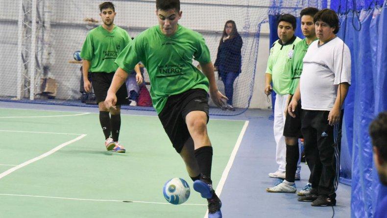 El fútbol de salón oficial mayor continuará esta tarde con toda su programación en dos gimnasios de Comodoro Rivadavia.