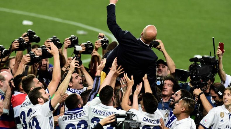 Los jugadores de Real Madrid llevan en andas al entrenador Zinedine Zidane.