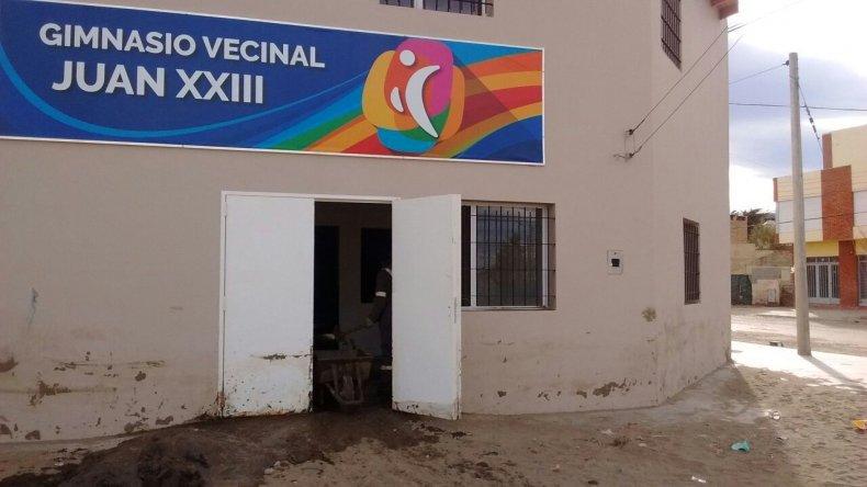 Trabajan en el saneamiento  del gimnasio vecinal del Juan XXIII