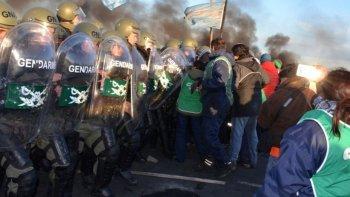 El choque entre gendarmes y manifestantes de ATE que cortaban la Ruta 3 en Río Gallegos dejó un saldo de al menos diez heridos de diversa consideración.