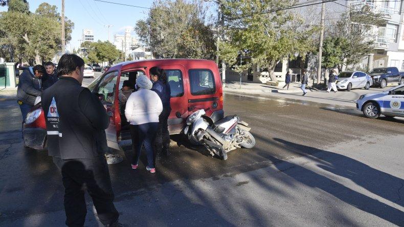 La motocicleta de Roberto Saiegg sufrió serios daños al estrellarse contra la Renault Kangoo. El hombre debió ser hospitalizado.